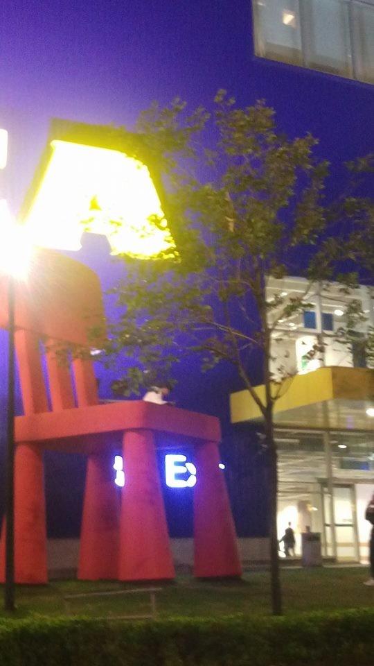 男子坐在紅椅上。(圖取自爆料公社臉書)