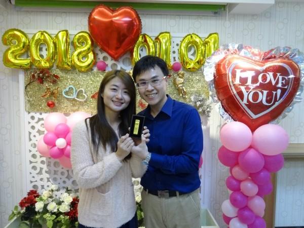 新北市在2018年元旦,共有249對新人登記結婚,新北市戶政事務所更贈送象徵鎮守愛情的「黃金紙鎮」等結婚賀禮。 (圖由新北市民政局提供)