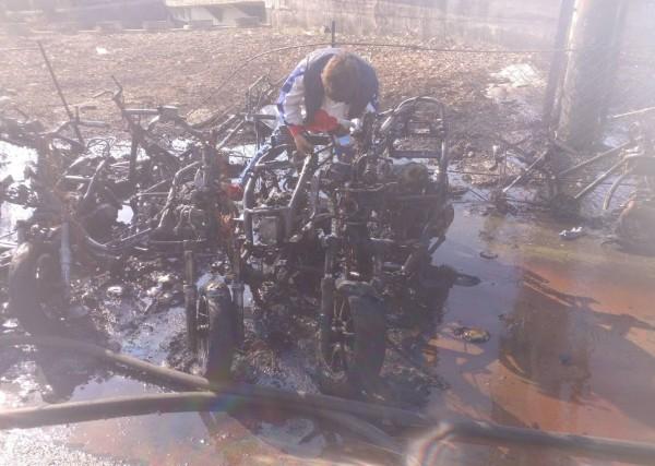 台中龍井一名陳姓老婦人,今天燒紙錢後灰燼未熄滅就倒掉,結果引燃火勢,造成21輛機車被燒毀。(記者陳建志翻攝)