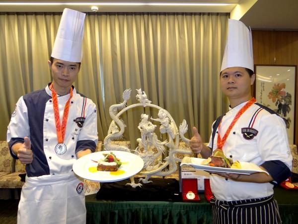 鄭銘松(左)和呂俊男(右)參加國際烹飪比賽,替正修科大奪得2銀2銅獎牌。(記者洪定宏翻攝)