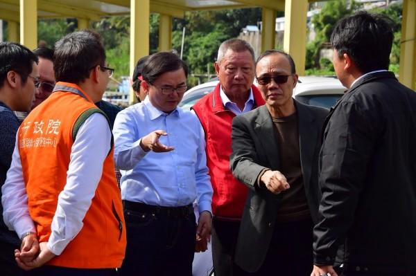 立委劉櫂豪(右四)會勘新港漁港環境髒亂情況。(記者張存薇翻攝)