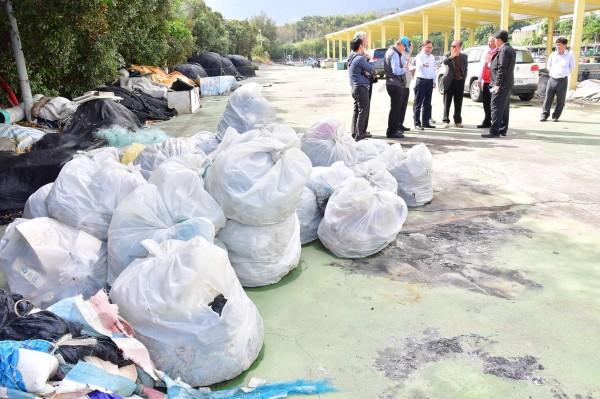 新港漁港港區堆滿廢棄漁具。(記者張存薇翻攝)