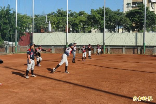 興大附農棒球隊勤練球,釘鞋常穿到「開口笑」還克難練球。(記者蘇孟娟攝)