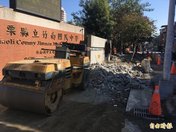 竹南高中及竹南國中周圍L型約8百公尺長的人行石磚步道全面翻修,將改善為無障礙步道。(記者鄭名翔攝)