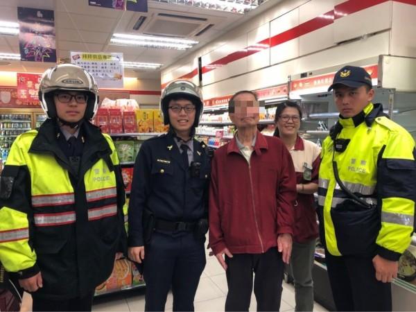 警方阻止老翁被騙。(記者王冠仁翻攝)