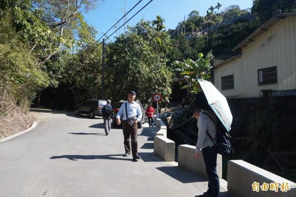 非假日,許多民眾仍聞風趕到潭子區龍興巷準備觀賞落羽松美景。(記者歐素美攝)