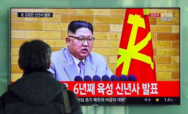 北韓領導人金正恩昨(1)日透過新年演說,向美國嗆聲「核按鈕一直在我桌上」。(法新社)
