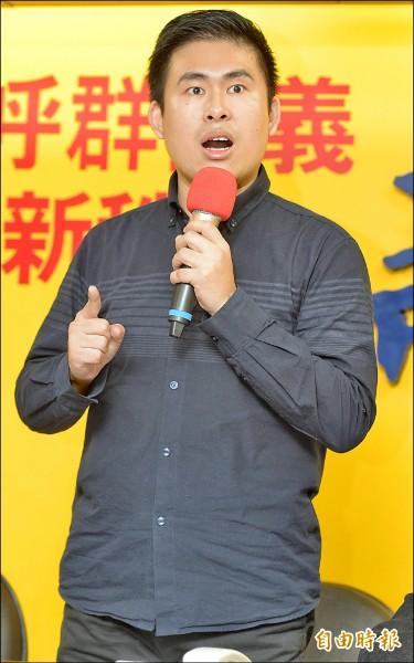 新黨青年軍王炳忠2日回應北檢偵辦中生共諜周泓旭涉犯「國家安全法」案新聞稿 。(記者張嘉明攝)