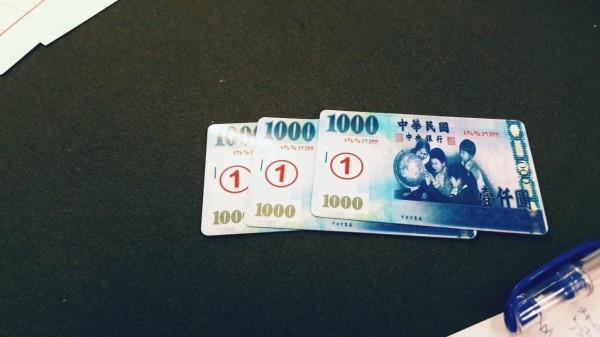 賭場特製「縮小鈔票」千元鈔當籌碼。(記者劉慶侯翻攝)