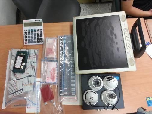 警方查獲賭場各類贓證物。(記者劉慶侯翻攝)