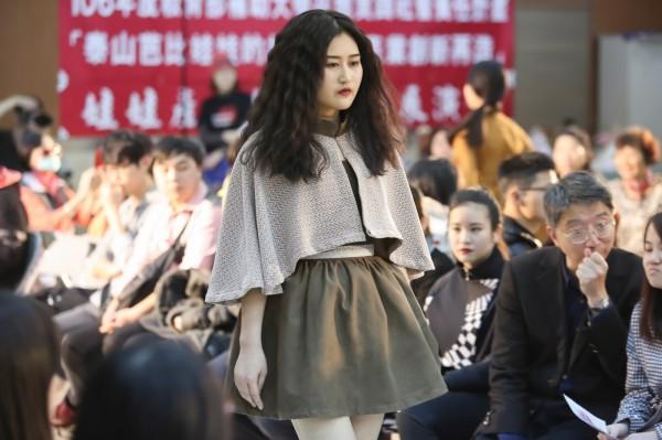 黎明技術學院今在泰山娃娃產業文化館舉辦「泰山芭比娃娃產業創意發想展演會」,動態走秀展出50位設計師創作的百套服飾。(黎明技術學院提供)