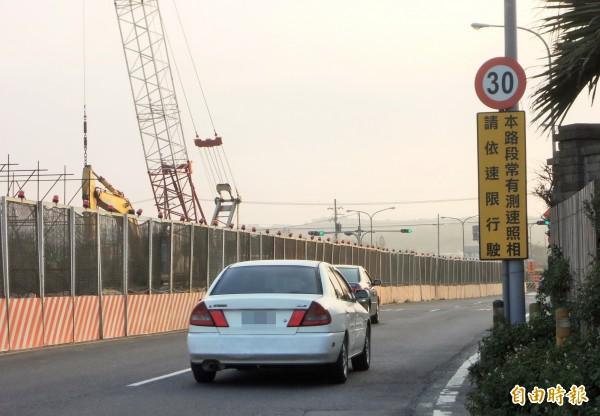 台61線西濱公路新豐鄉主線新建工程正在施工,原本封閉的外側慢車道,暫時變成台61線和台15線南下匯流的主要幹道;考量事故頻傳,新竹縣政府最近立牌提醒用路人。(記者廖雪茹攝)