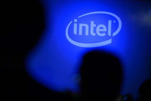 半導體大廠英特爾(Intel)被爆出處理器底層架構存在缺陷,迫使作業系統Linux和Windows預計在下個月推出重大更新。_(彭博資料照)