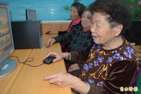 85歲的阮蔡葵直呼:「這輩子頭一次看到電腦!」以後要常來玩。(記者湯世名攝)