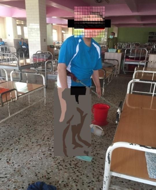 衛生局人員進入龍發堂,看到有精神病患赤裸下體,被以鐵鍊綁在床邊。(圖衛生局提供)
