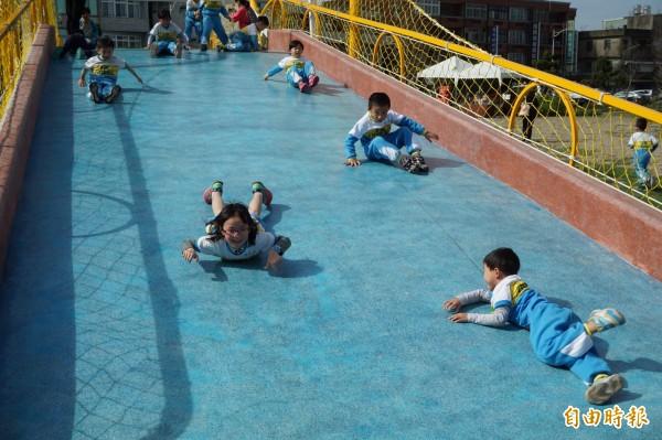 功成身不退!小朋友到樹林頭公園,開心玩去年兒藝節的「風兒滾滾遊具」遊具。(資料照,記者洪美秀攝)