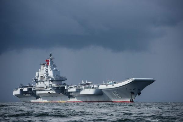 中共遼寧號航空母艦伴隨數艘作戰艦自駐地出發,我國防部研判將執行跨區遠海長航。(法新社)