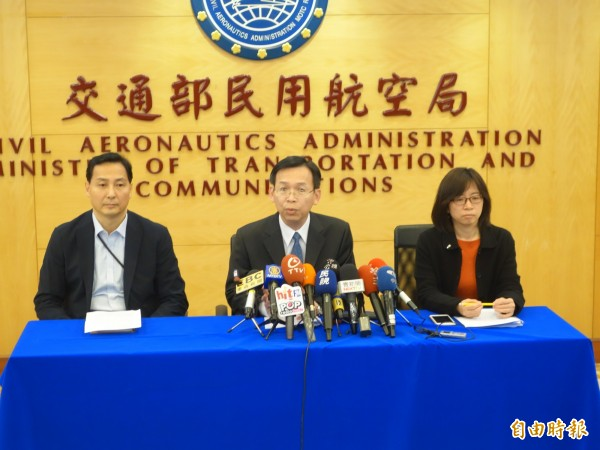 中國啟用M503北向等航空,今日仍有6架次飛航,民航局長林國顯(中)表示,若繼續使用後果自負(記者鄭瑋奇攝)