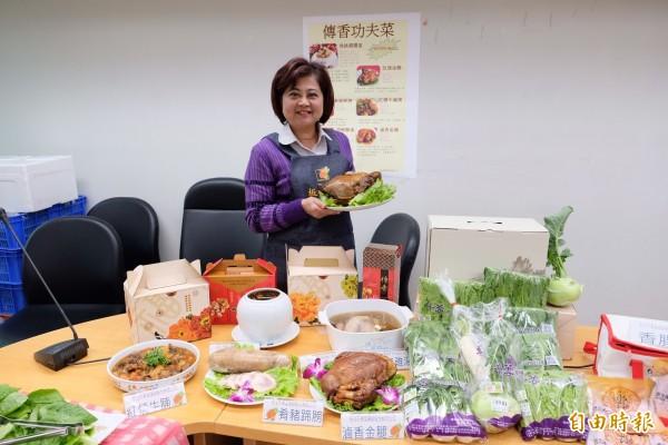 新北市果菜運銷股份有限公司總經理江惠貞親自介紹新北果菜推出的「傳香功夫菜」。(記者葉冠妤攝)