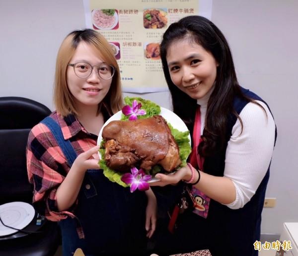 新北市果菜運銷股份有限公司推出「傳香功夫菜」,共有九道春節必吃年菜,其中一道為滷香金腿。(記者葉冠妤攝)