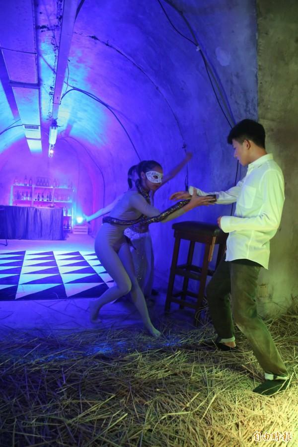 西子灣秘境防空洞化身沉浸式劇場,上演主角小王子(右)「小王子離開星球之後」心境轉換的戲碼。(記者黃旭磊攝)