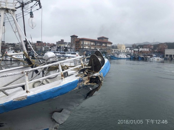 30噸深澳籍「鑫協海8號」今天清晨在三貂角東北方33浬處,與大上1300多倍的4萬噸賴比瑞亞籍商船TLAS(阿特拉斯號)發生碰撞,船艏受損。(記者林嘉東翻攝)