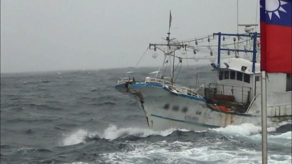 30噸深澳籍「鑫協海8號」今天清晨返港時,在三貂角東北方33浬處,與大上1300多倍的4萬噸賴比瑞亞籍商船TLAS(阿特拉斯號)發生碰撞。(記者林嘉東翻攝)