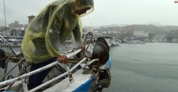 30噸深澳籍「鑫協海8號」今天清晨返港時,在三貂角東北方33浬處,與大上1300多倍的4萬噸賴比瑞亞籍商船TLAS(阿特拉斯號)發生碰撞,船艏受損。(記者林嘉東翻攝)