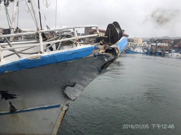 30噸深澳籍「鑫協海8號」船艏受損,安返澳底漁港。(記者林嘉東翻攝)