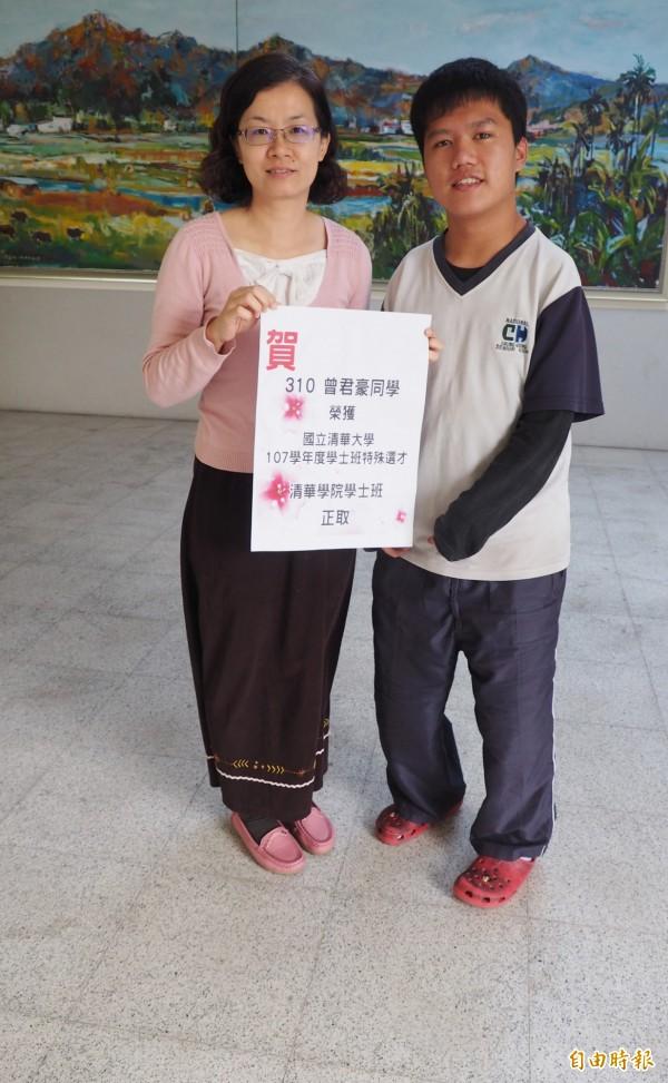 罹患罕見疾病四肢萎縮的曾君豪(右)堅強樂觀,以特殊選才管道清大,特別感謝導師潘姿儀(左)。(記者陳鳳麗攝)