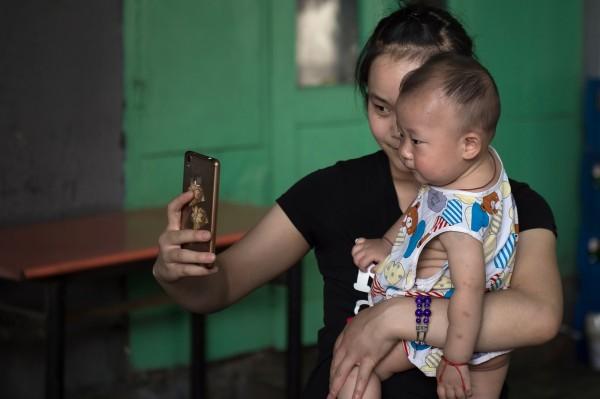 中國婦人找代孕機構做試管代孕,嬰兒出生後診斷出多種疾病,代孕機構竟要求她退回嬰兒再重做一個。圖為中國嬰兒,與本新聞無關。(法新社)