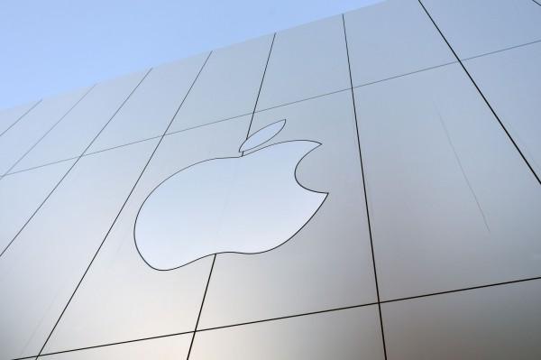 近期蘋果公司承認降速,以保障iPhone舊款手機的穩定性,引起軒然大波。(法新社)