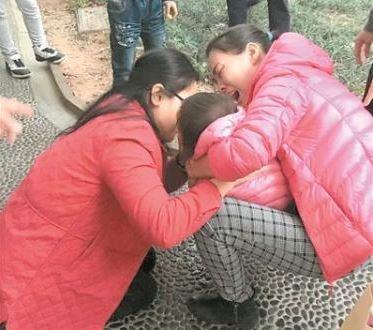 中國1名廖姓女童日前走在路上突然窒息,1名吳姓女醫師見狀,趕緊上前急救,將手指深入其嘴裡,口對口吸出痰、嘔吐物,成功救回女童一命。(圖翻攝自《人民網》)