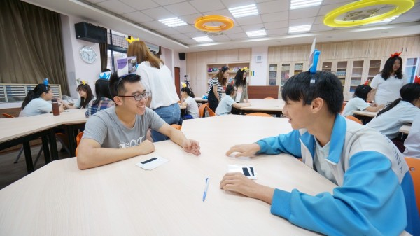 中原大學企管研究所學生帶領陽明高中學生們學習認識異國文化與尊重、包容。(中原大學提供)