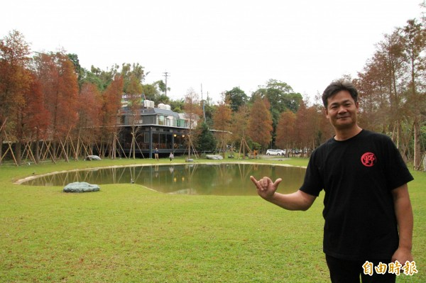 目前從事景觀造景設計的場地主人何信賢,示範從靜湖一側欣賞,可以找到靜湖呈現的討喜數字「6」。(記者黃美珠攝)