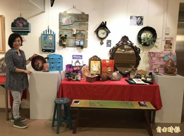 資深彩繪藝術工作者闕素娥,擅長用巧手將垃圾、資源回收物變成美麗的居家裝飾。(記者葉冠妤攝)