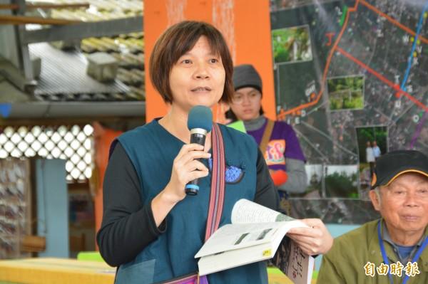 台灣行動研究學會花蓮工作站主任王淑娟,歷經2年時間集結35名長者口述資料,出版《來去吉野村─日治時期島內移民生活紀事》一書,並首度公開許多珍貴史料。(記者王峻祺攝)