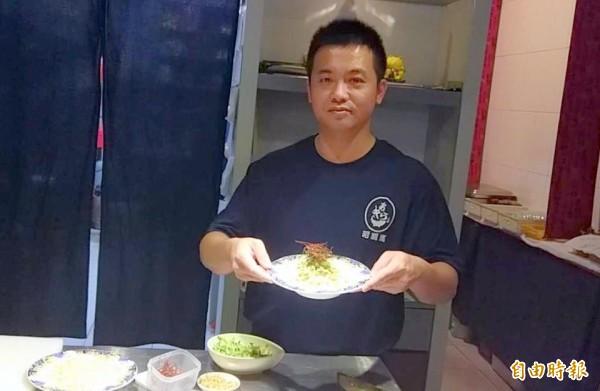 對南投市「昭割烹」日本料理店廚師陳秉逸而言,胡麻烏龍麵不只是麵,還蘊涵他對父母親的孝心。(記者謝介裕攝)