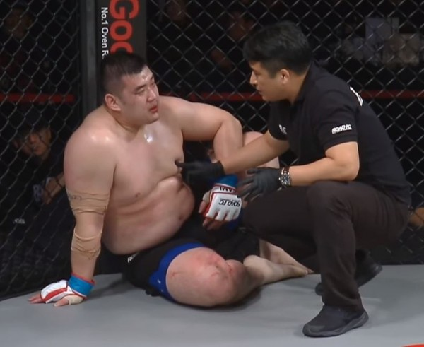 到了第二回合中後段,信康昊因為體力不支,被裁判宣布TKO。(翻攝自網路)