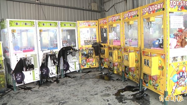 店內機台遭油漆潑漆,店家估算損失超過50萬元。(記者張聰秋攝)