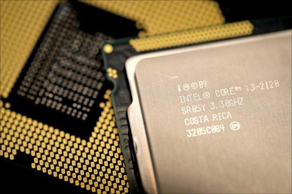 晶片安全漏洞「災難」、「幽靈」遍布全球的電腦與行動裝置設備,科技巨頭們必須搶在駭客利用這些漏洞發動攻擊之前,找出解決的辦法。圖為英特爾的電腦處理器。(法新社)