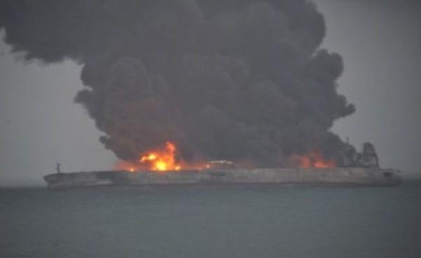 巴拿馬籍油輪在上海外海與中國貨船相撞,郵輪上32人失蹤。(圖擷自微博)