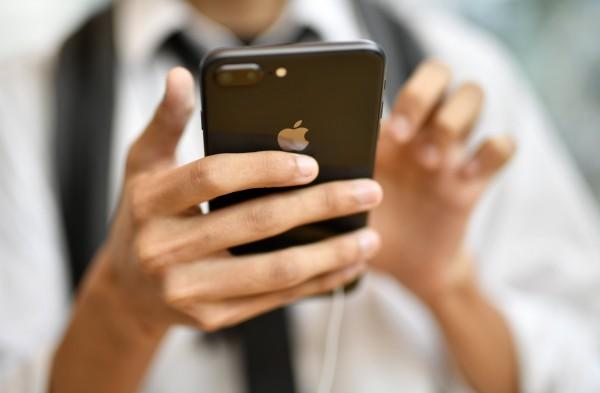 蘋果坦承降速,引發輿論譁然,除了美國本土外,以色列以及法國的蘋果也遭起訴,目前蘋果在全球已面臨26起集體訴訟。(歐新社)