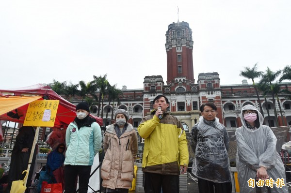 時代力量5位立委今(7日)持續在總統府前禁食靜坐,抗議勞基法修法。(記者簡榮豐攝)