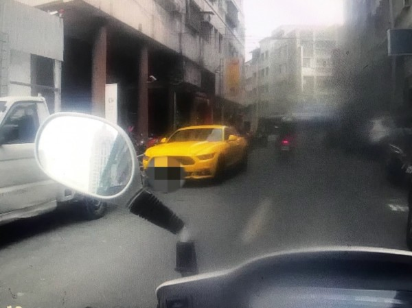 盧姓男子將黃色野馬跑車停在理髮店門口,店家請他開走引發衝突,3人掛彩警方趕往處理。(記者黃良傑翻攝)