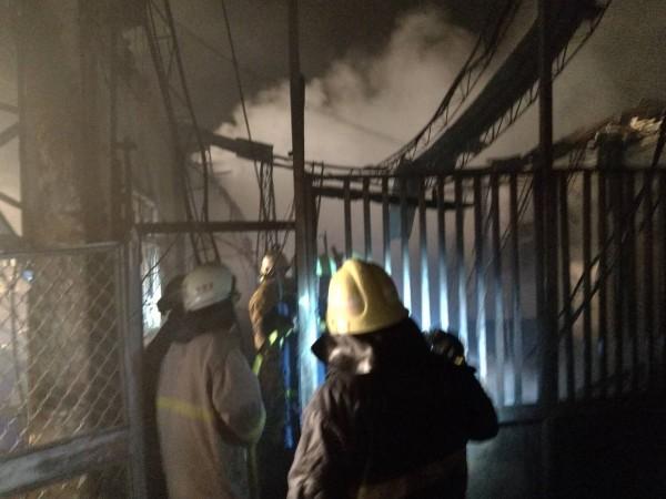 草屯鎮郊區醬菜工廠昨夜發生火災,消防人員灌救迅速,所幸無人受傷(南投縣消防局提供)