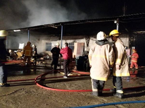 草屯醬菜工廠火災因尚待調查,屋主卻懷疑遭縱火。(南投縣消防局提供)