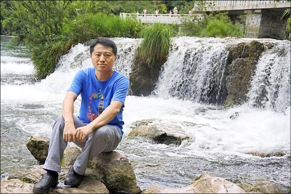 長年利用社群媒體揭發政府惡行的記者劉虎,因為被列入「黑名單」,甚至無法購買機票。(取自網路)