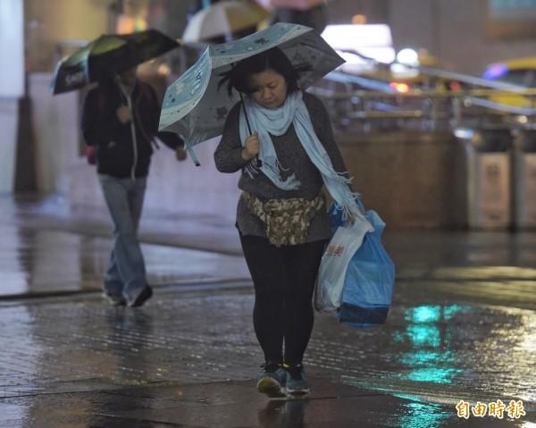 今年入冬首波寒流今晚開始影響台灣,明天全台急凍。(資料照,記者黃耀徵攝)