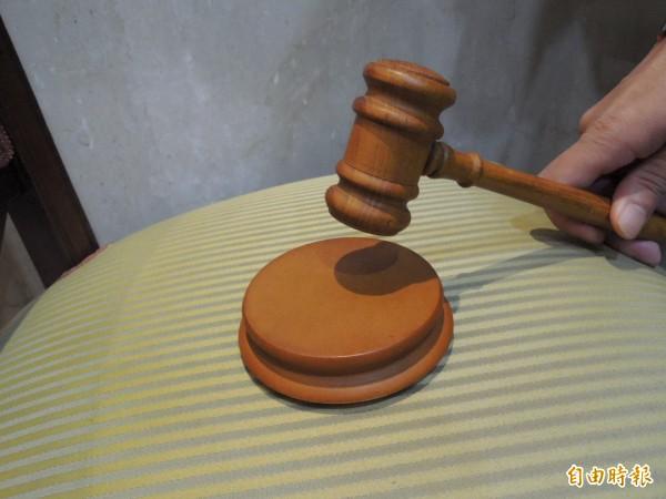 台中高等行政法院認為,蔡姓退休教師的告訴不合法而判決敗訴,可上訴到最高行政法院。圖為高等法院的法庭內配置的法槌。(資料照,記者張文川攝)